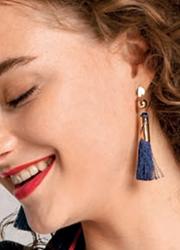 Modelo-Pendientes dorados con flecos azul marino.jpg